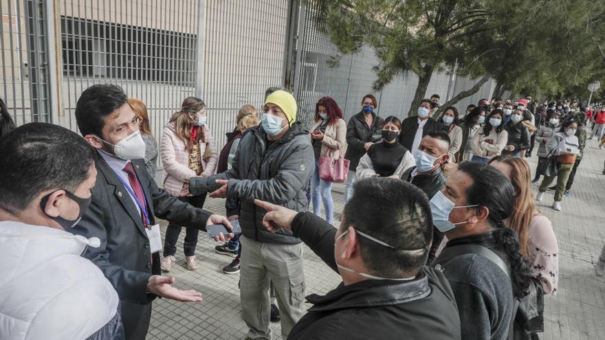 Nervios y aglomeraciones en el Palma Arena por las elecciones de Ecuador