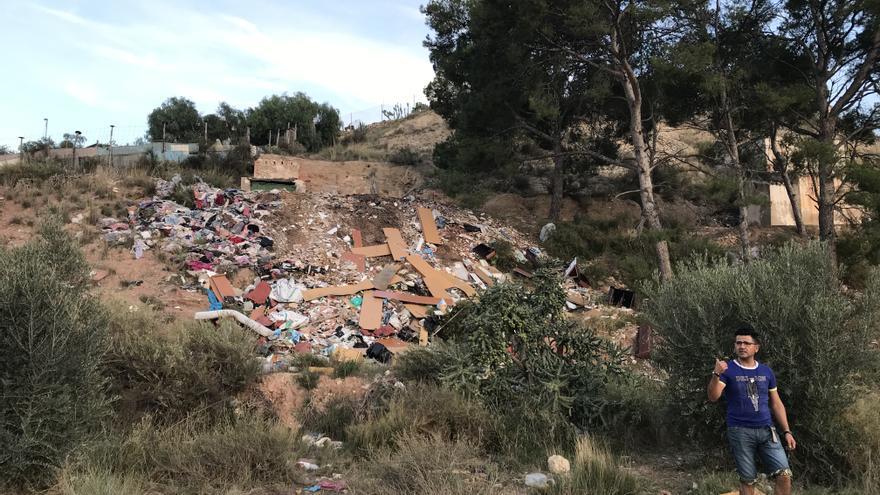 El Ayuntamiento de Elda retira 50 toneladas de vertidos del extrarradio