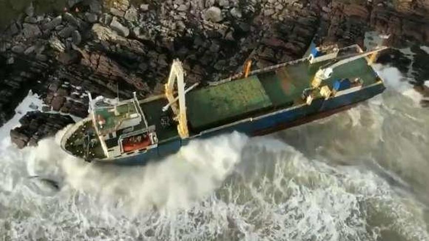 """Un """"barco fantasma"""" encalla en Irlanda"""