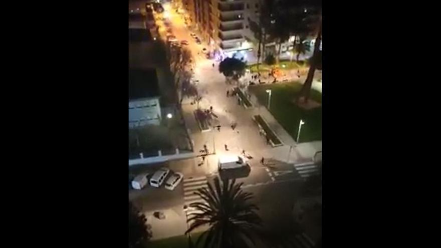 Medio centenar de jóvenes lanzan piedras y botellas contra la comisaría de Mislata