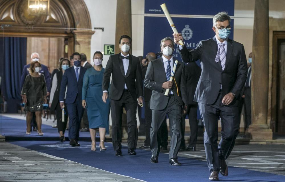 Emmanuel Candès, con su galardón en alto, seguido de Carlos Sainz, Andrea Morricone y otros premiados del colectivo de sanitarios.