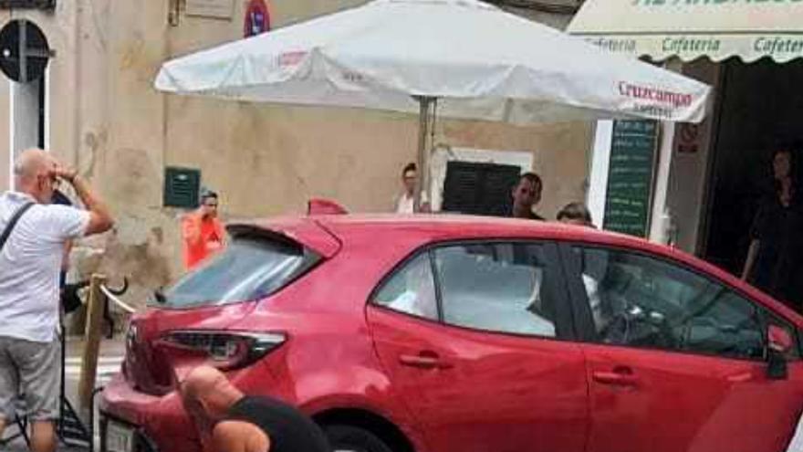 Pierde el control de su coche y deja cinco heridos tras arrollar una terraza