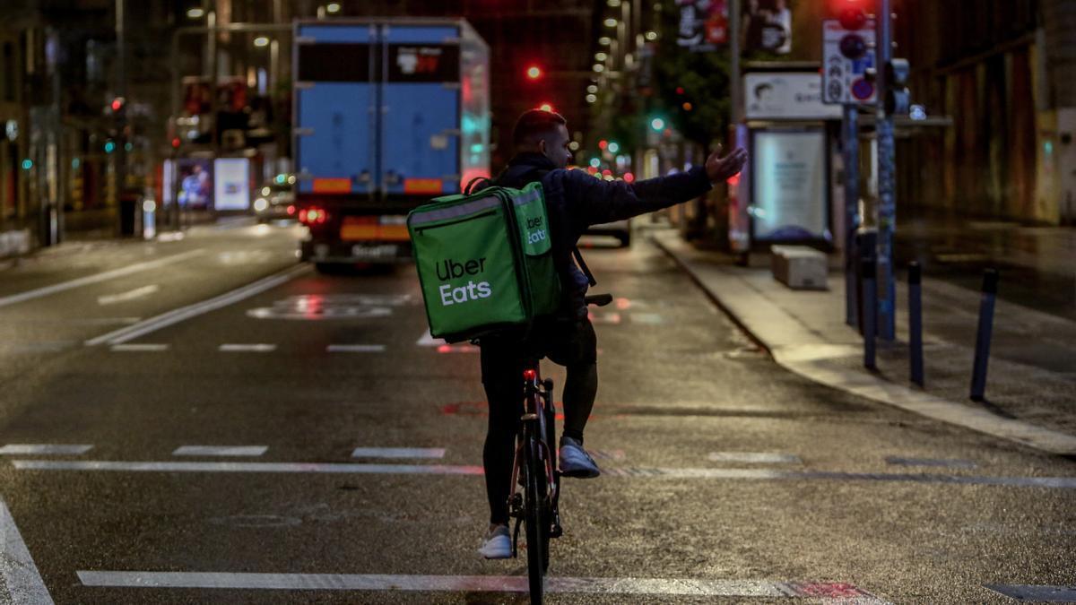 Un rider de Uber Eats circula por Madrid.