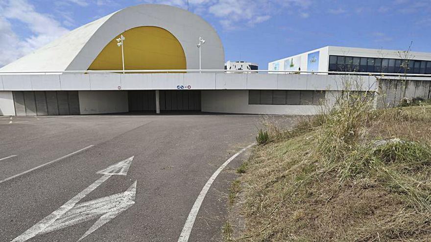 Comienzan los trabajos de siega y desbroce en el acceso al Niemeyer