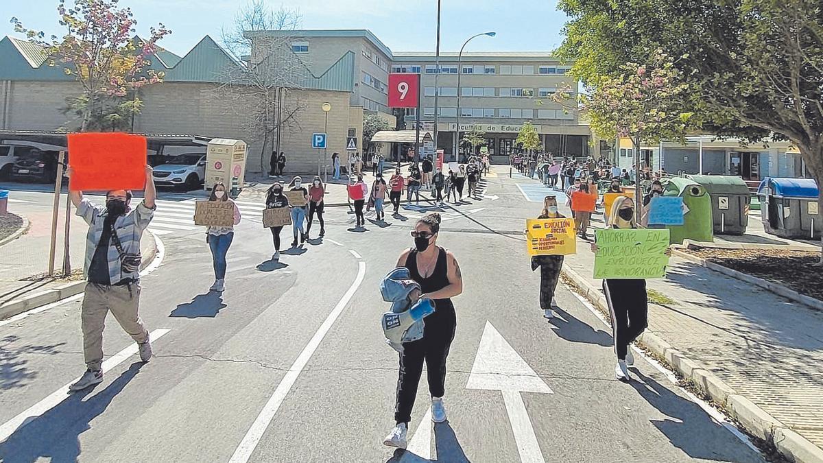 Un momento de la protesta, ayer, en la Facultad de Educación
