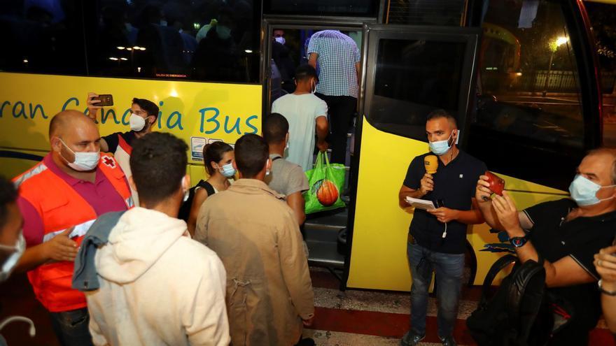 Realojan en bungalós a los marroquíes que abanonaron Arguineguín