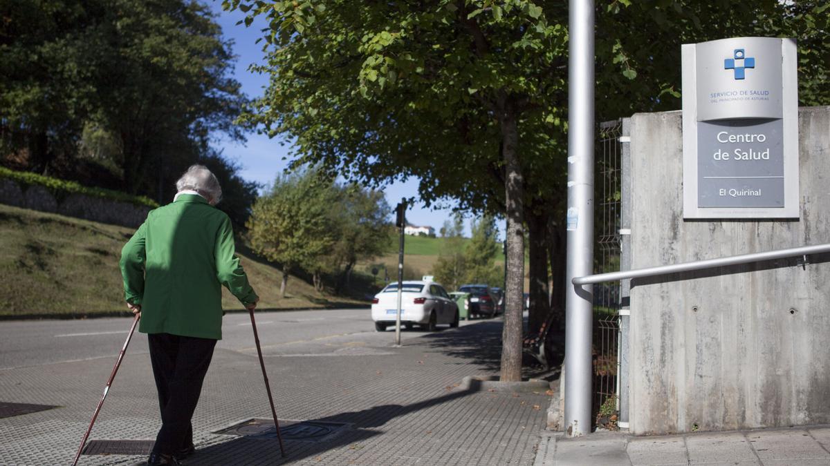 Una anciana en las proximidades del centro de salud de El Quirinal (Avilés)