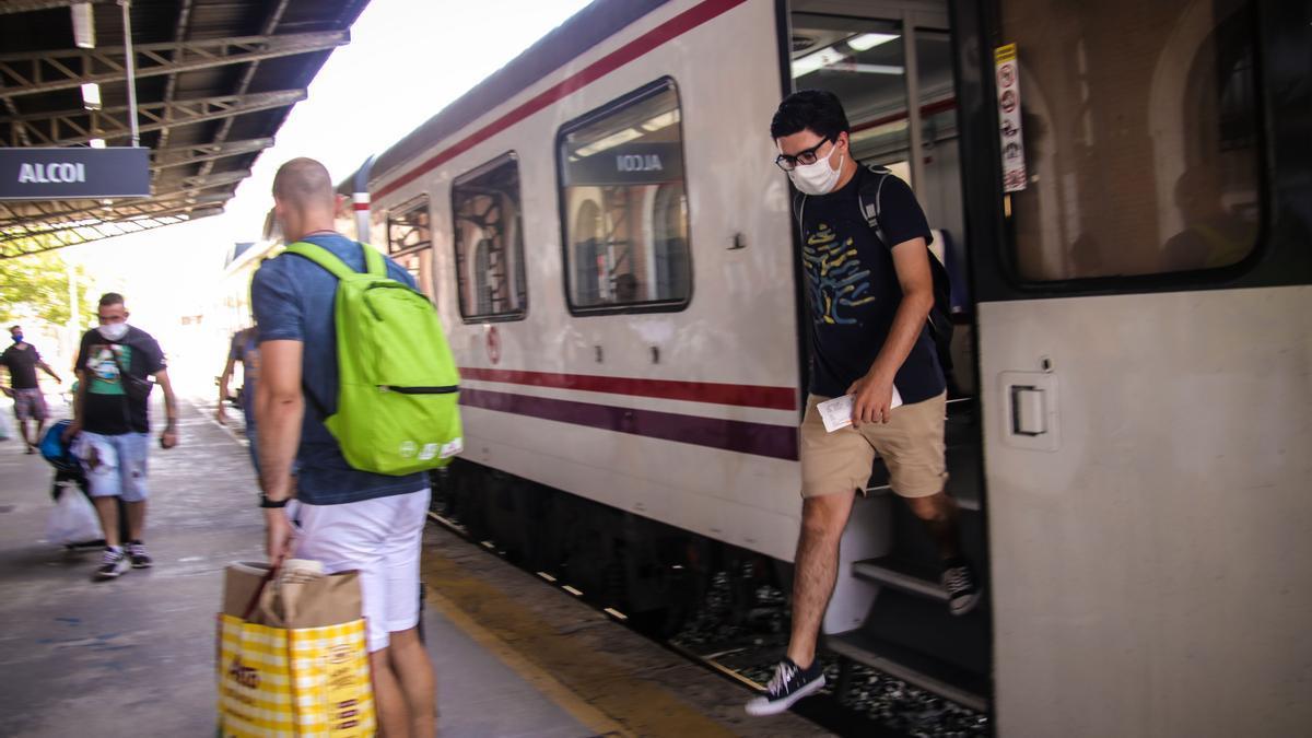 Viajeros descendiendo del tren que llega cada día a Alcoy poco después de las dos de la tarde, este verano.