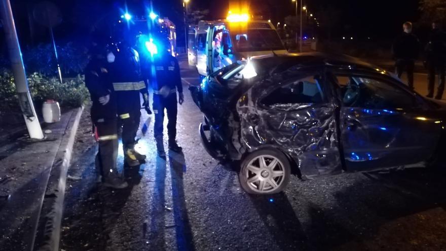 Dos heridos al chocar un turismo contra una farola en Ponferrada (León)