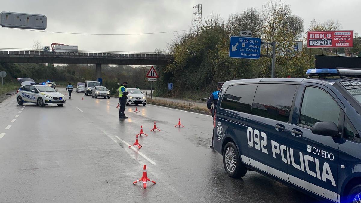 Un control de la Policía Local de Oviedo en uno de los accesos a la ciudad.