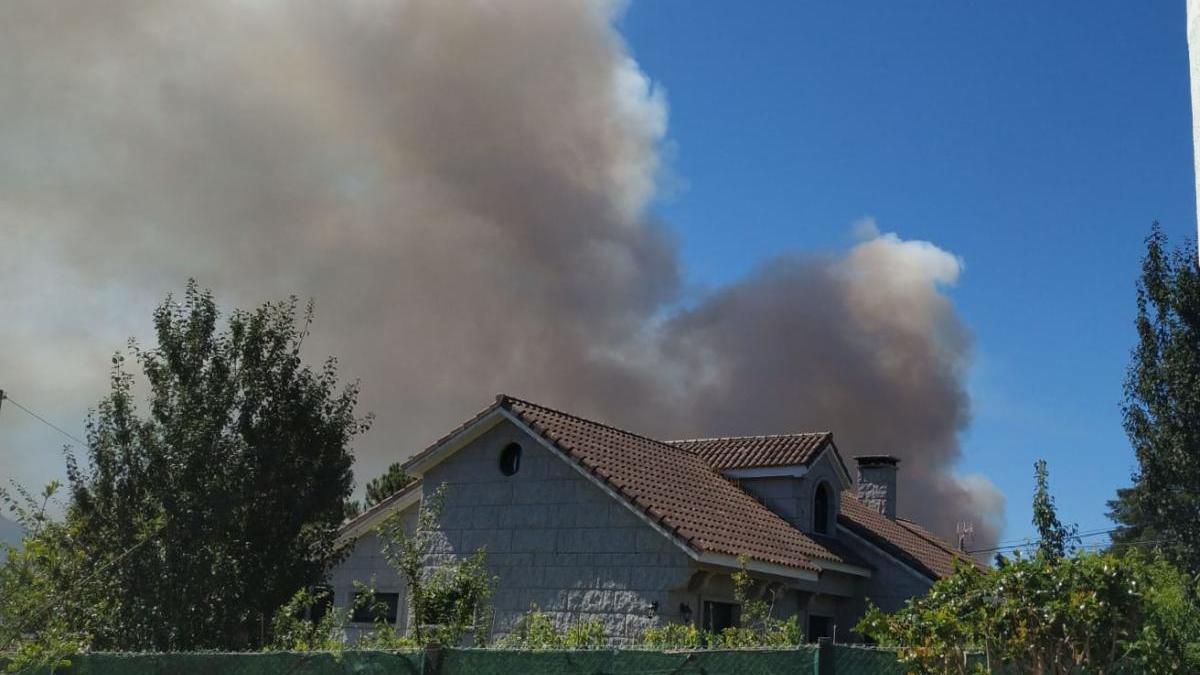 Los bomberos tratan de extinguir un incendio en Gondomar