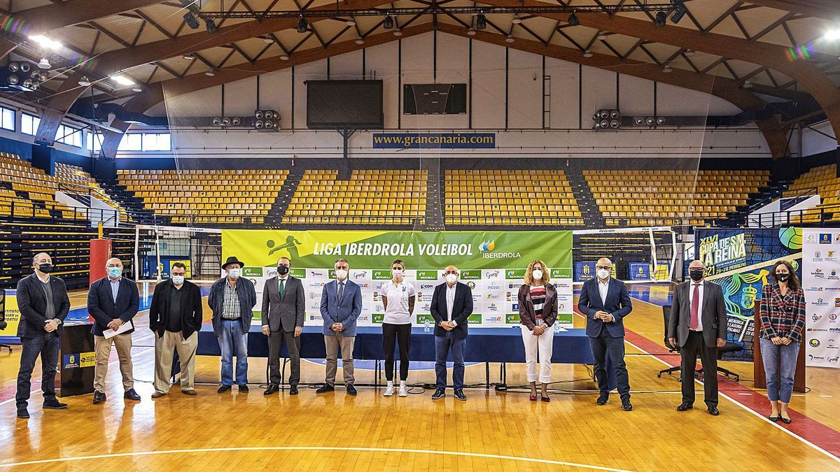 Authorities, organizers and representatives of the host club pose on the track of the Insular Sports Center, yesterday, after the official presentation.  |  |  LP / DLP