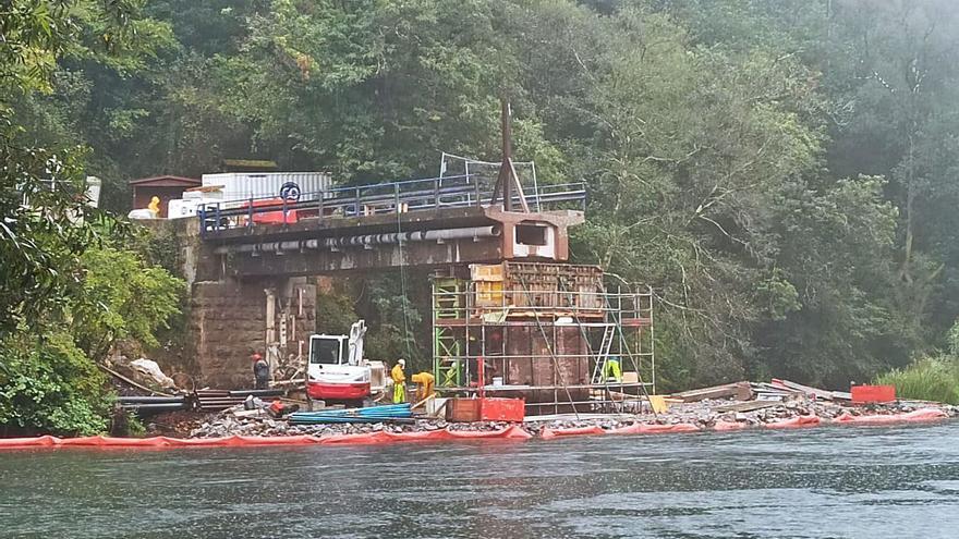 El Principado inicia el ensamblaje de piezas del nuevo puente de Quinzanas (Pravia)