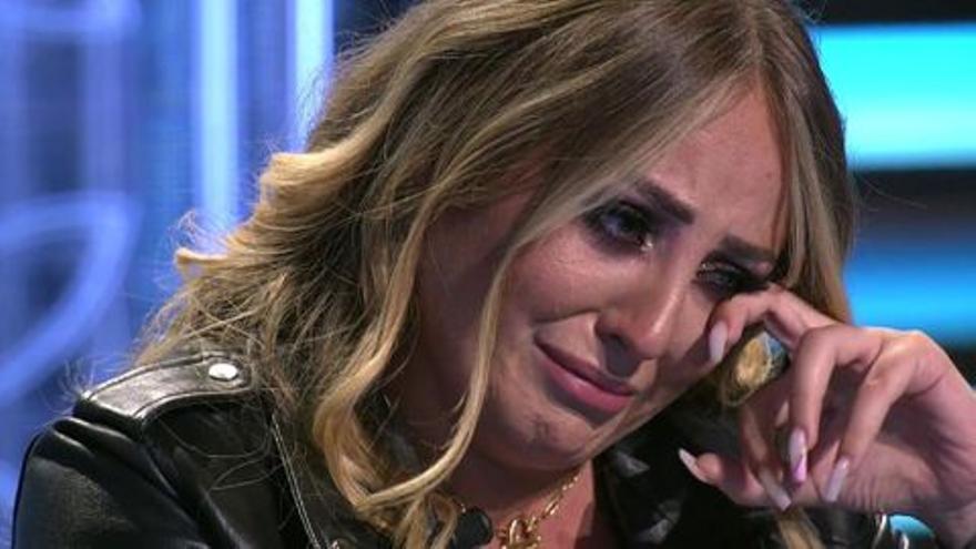 """Un conocido presentador de Telecinco habla sobre los """"bajones"""" que sufre Rocío Flores en el plató de Supervivientes"""