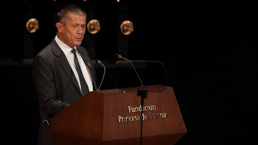 Carrère agradece su premio homenajeando a las víctimas de los atentados de París