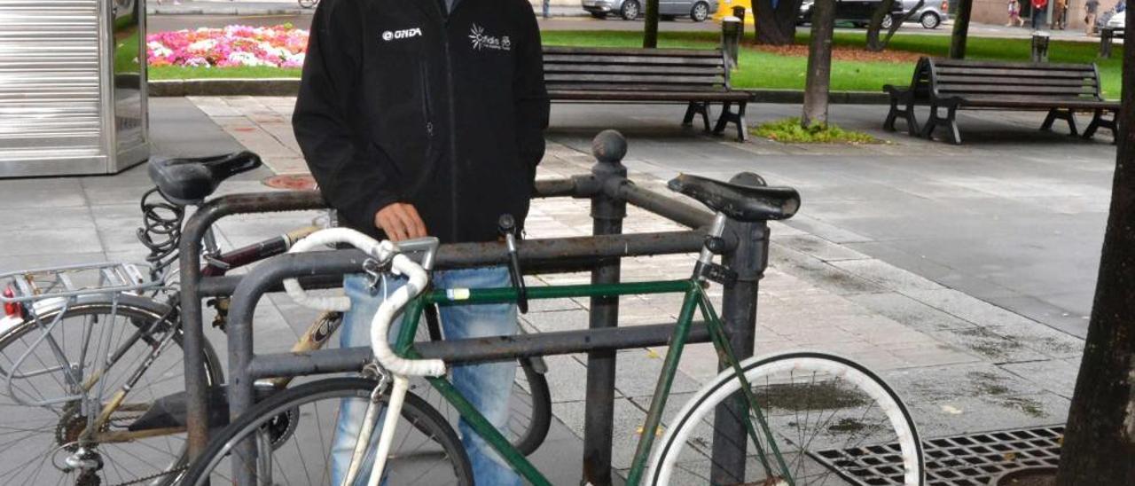 Dani Navarro, ayer, en la plaza San Miguel de Gijón.