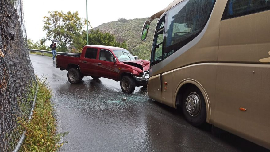 Una guagua escolar choca contra un todoterreno en La Calzada