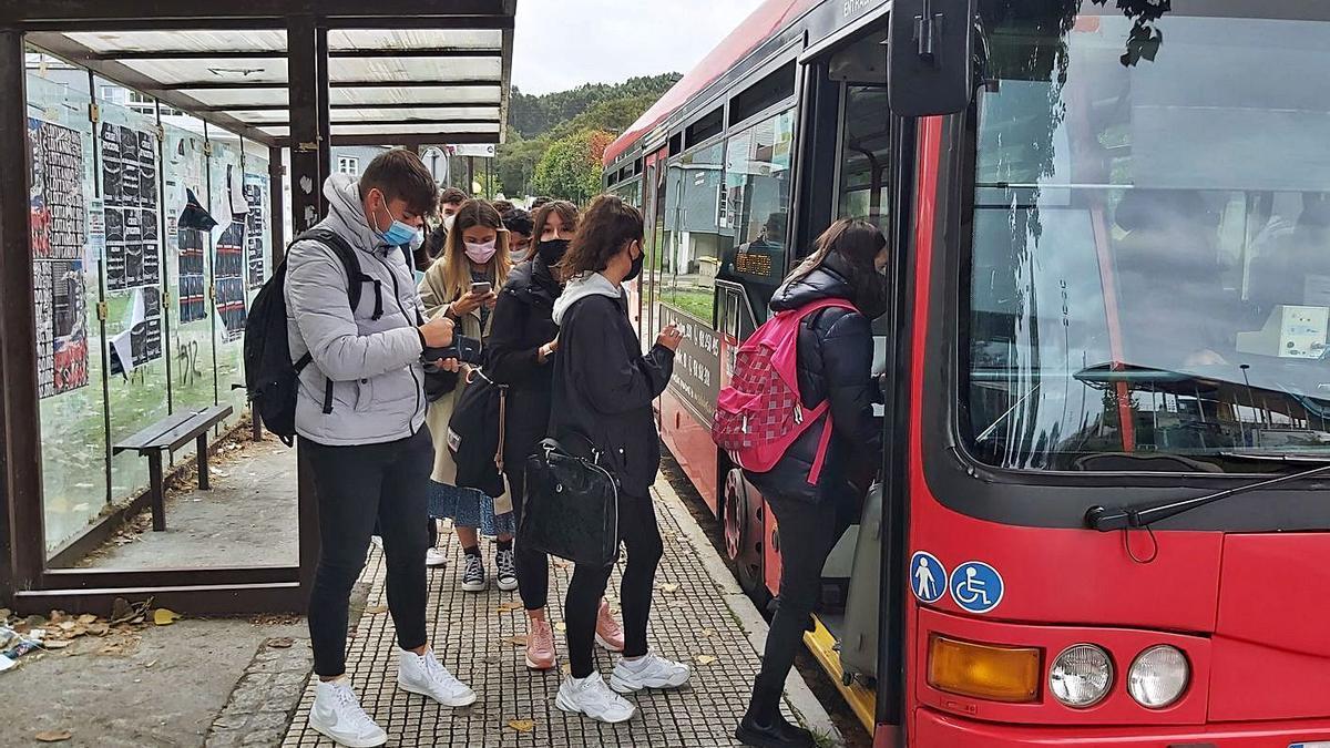 Estudiantes acceden a un bus urbano en el campus.   | // LA OPINIÓN
