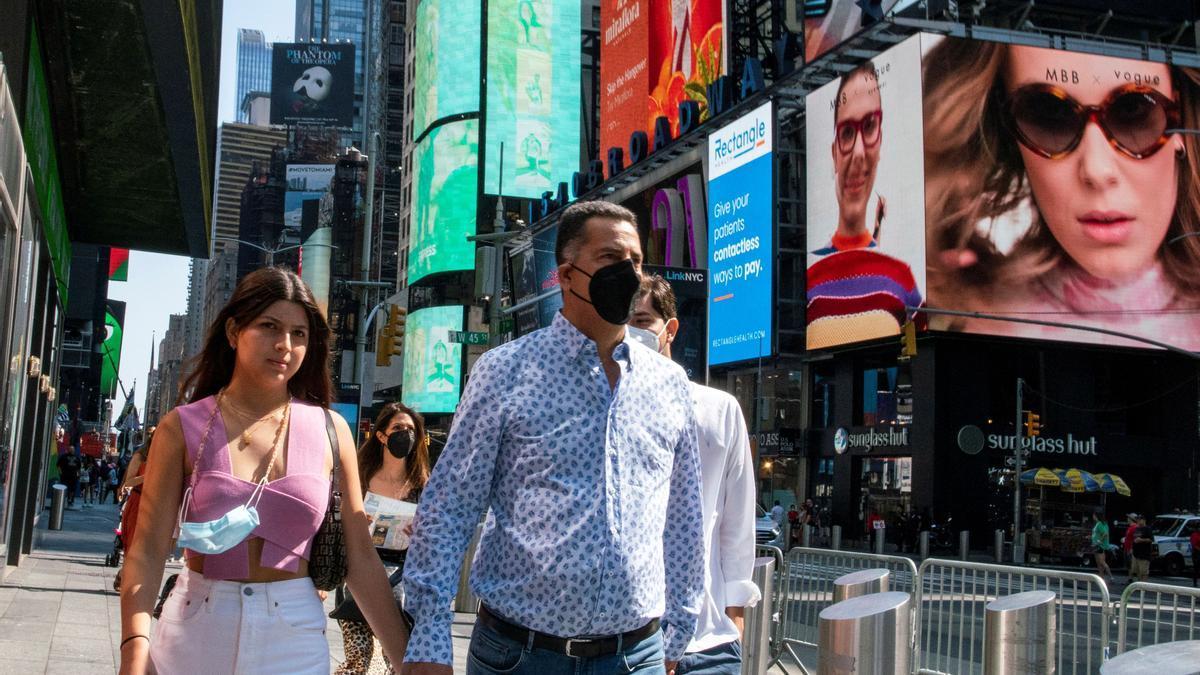 Gente con y sin mascarilla en los alrededores de Times Square, en Nueva York.