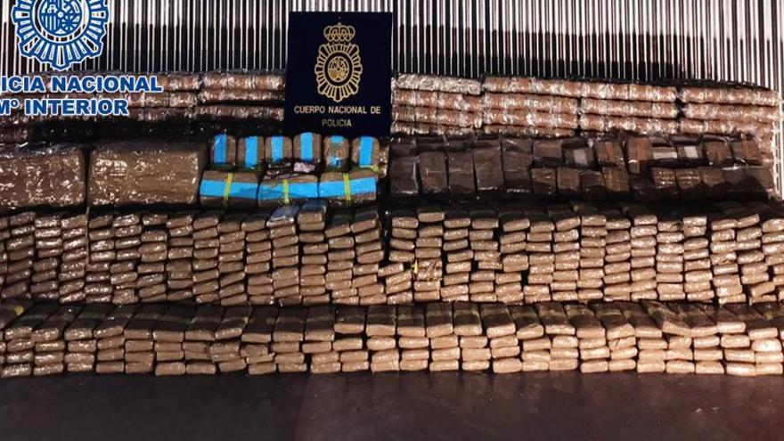 Detingudes 18 persones per portar 4 tones d'haixix de Granada a França