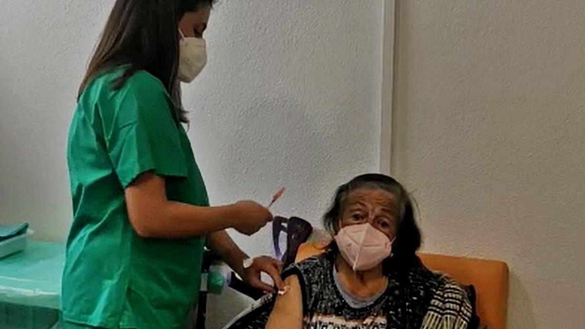 Una mujer se vacuna, ayer, en el Hospital de A Coruña. |   // L.O.