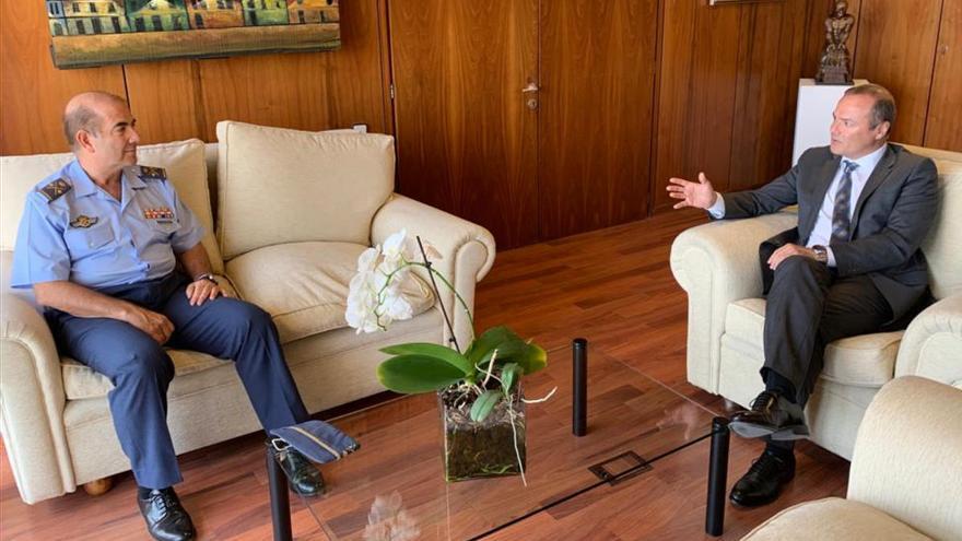 El alcalde se despide del jefe del Mando Aéreo de Canarias, el general Fernando de la Cruz Caravaca