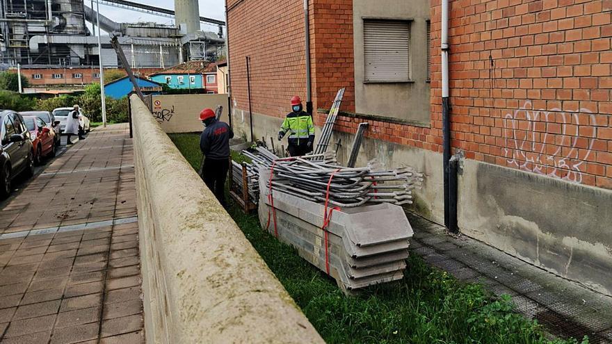 Comienzan las obras para reparar el tejado y acabar con las goteras en el colegio Turiellos
