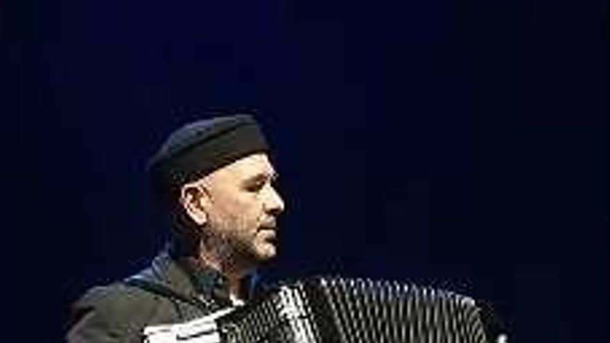 """El acordeonista de """"Revólver"""" monta el """"Mondongo Swing"""" en Avilés"""