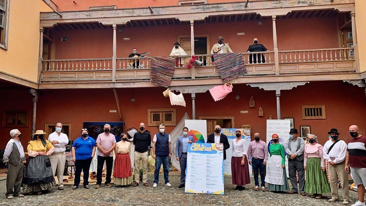 Participantes ayer en la presentación del Día de Canarias en Telde, junto a autoridades municipales y miembros de la Escuela de Artesanía y Folclore.     A.T.