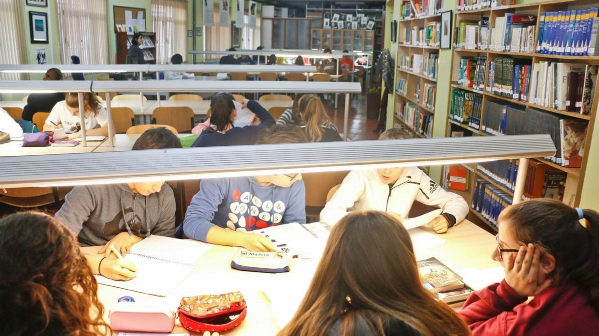 Estudiantes en una biblioteca.