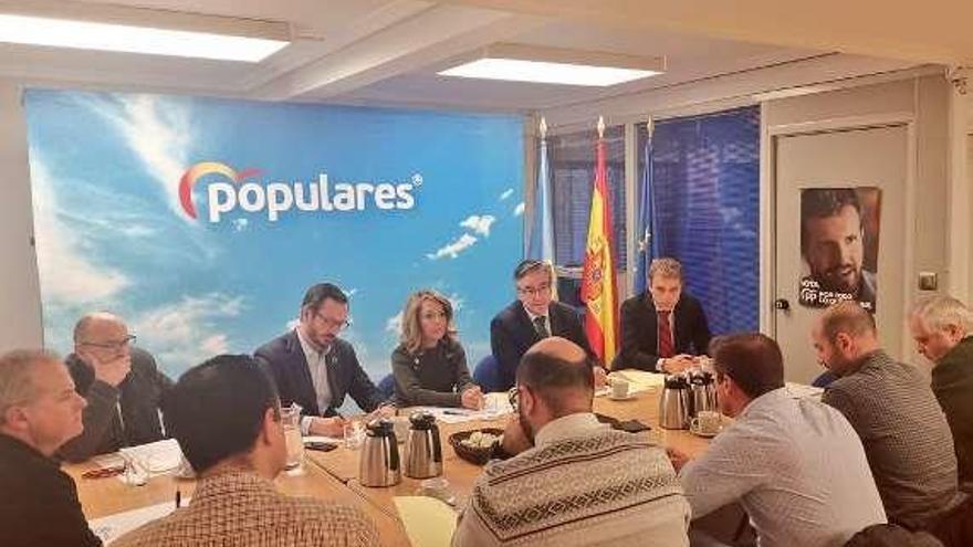 Una reunión con el comité de Alu Ibérica en la sede del partido