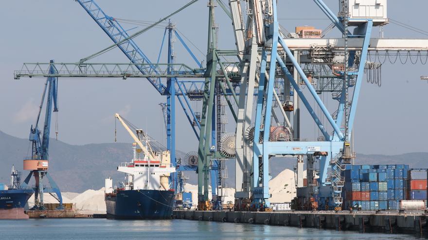 El azulejo de Castellón exige mejoras ante los problemas de la logística marítima