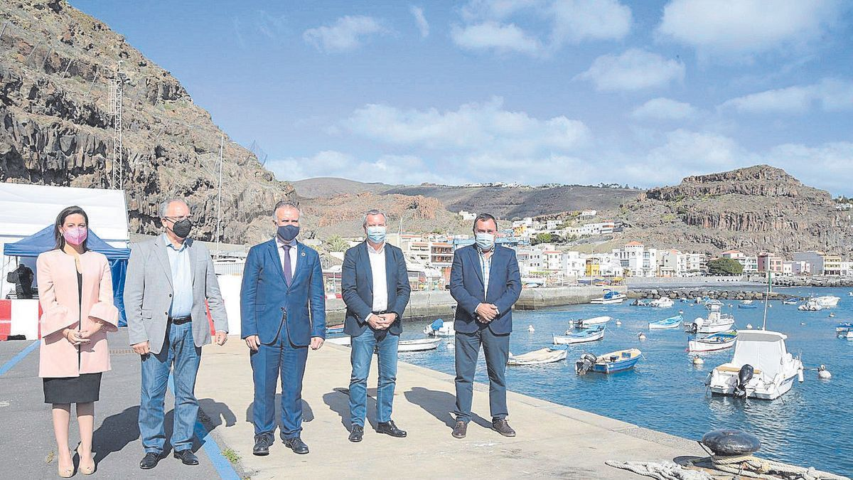 Las autoridades competentes en el puerto de Playa Santiago.