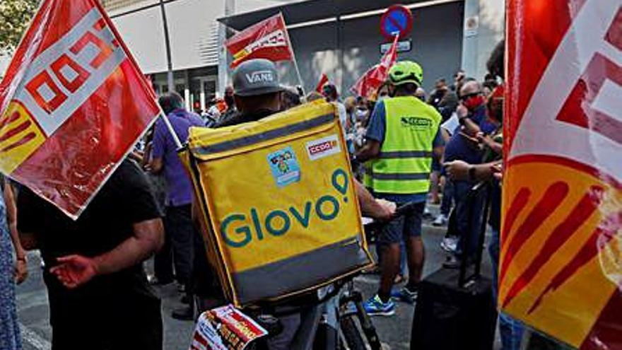 Vaga d'empleats de Glovo per reclamar una millora de les condicions laborals