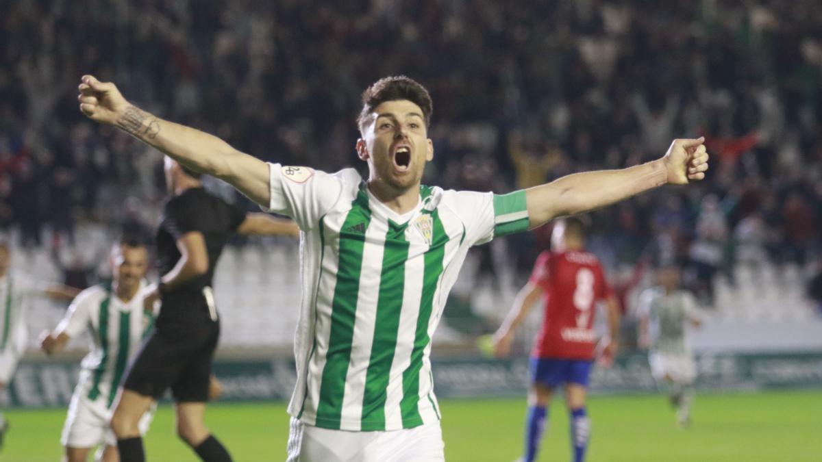 Javi Flores celebra un gol con el Córdoba CF.