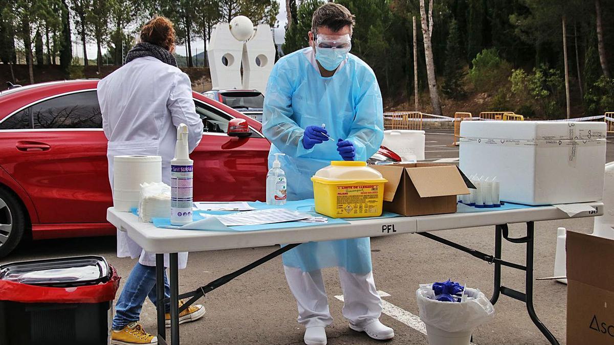 Profesionales sanitarios realizando PCR al aire libre en Alcoy. | JUANI RUZ