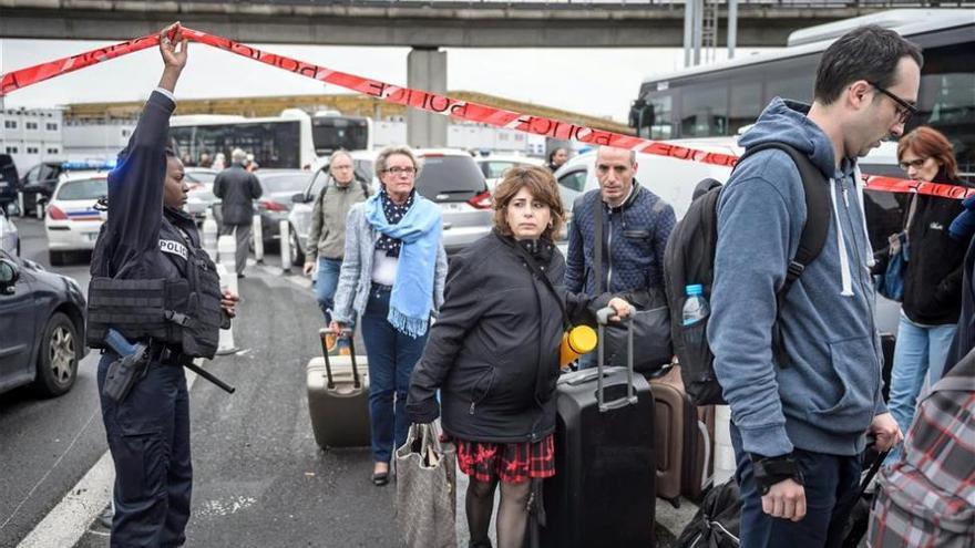 Pánico en Orly, paciencia y desinformación en los aviones tras ataque