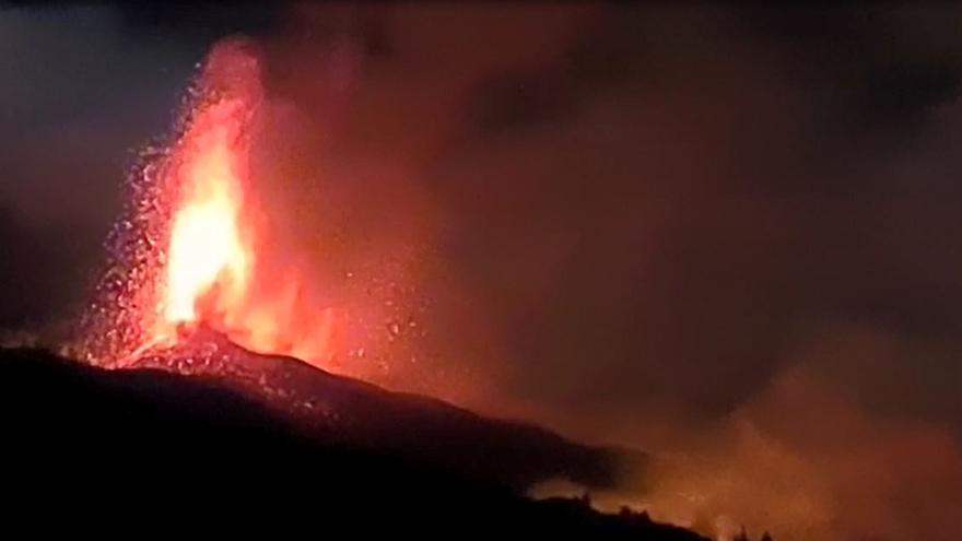 El volcán de La Palma ruge en su segunda noche de erupción