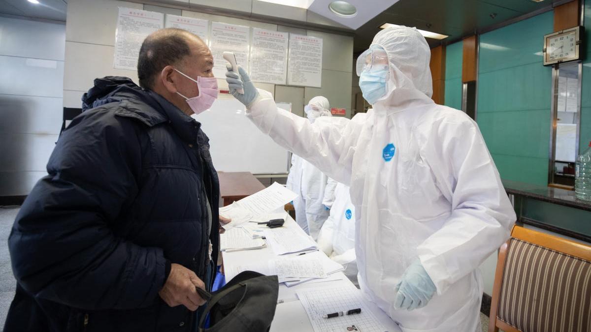 Un hombre se somete a PCR en Wuhan.