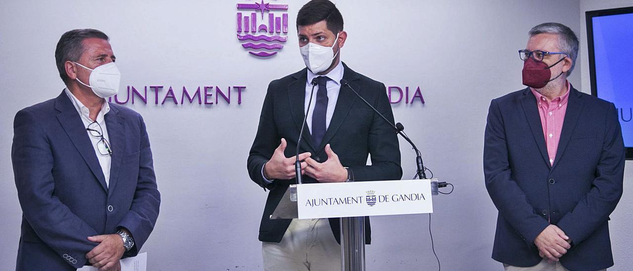 El alcalde de la ciudad, José Manuel Prieto, entre Salvador Gregori y Josep Alandete, durante la explicación del nuevo Plan de Ajuste pactado.    àlex oltra