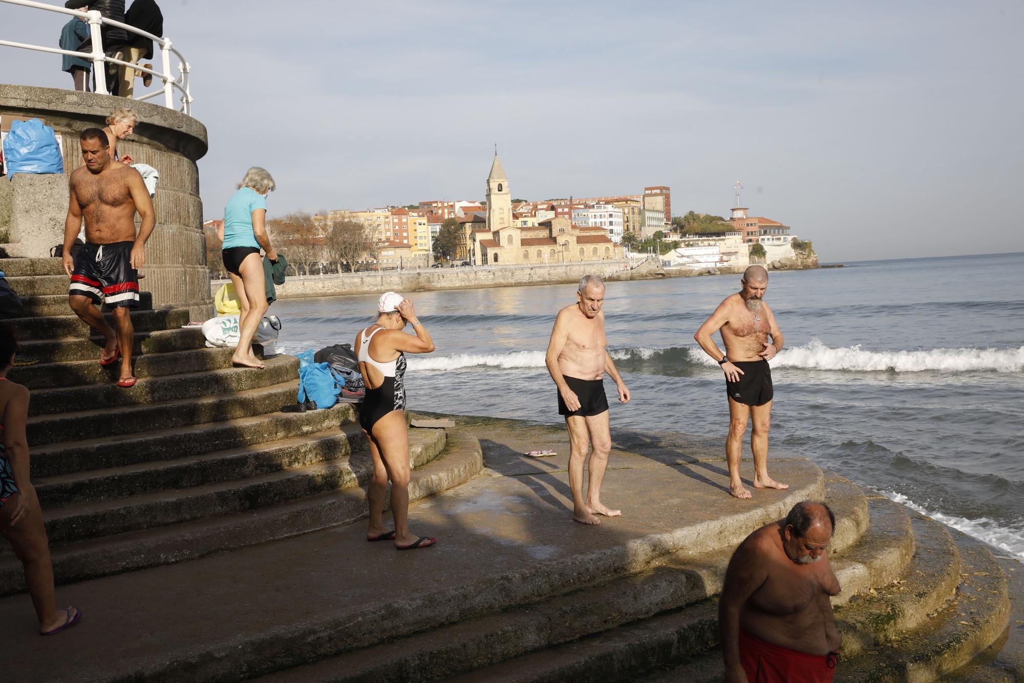 Los ba�istas de la Escalerona, en la playa de San Lorenzo (11).jpg