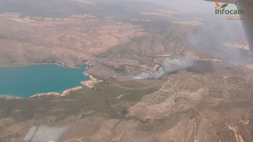 Intentan controlar un incendio forestal en Liétor, a pocos kilómetros de Caravaca