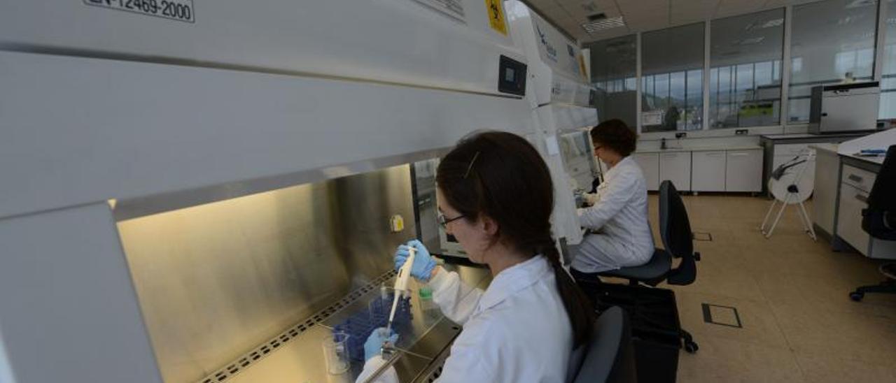 Dos investigadoras, en las instalaciones del CINN de El Entrego.   LNE