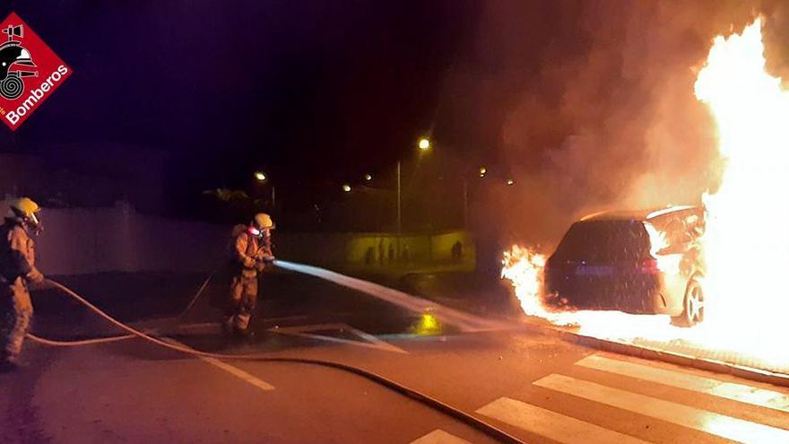 Golpea su vehículo en la entrada al garaje de su chalet en Rojales y se incendia