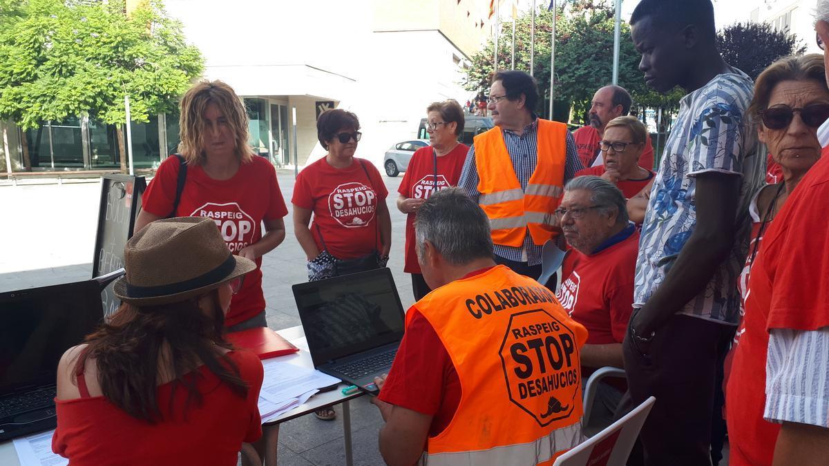 Protesta de Stop Desahucios a las puertas del Ayuntamiento en 2019.
