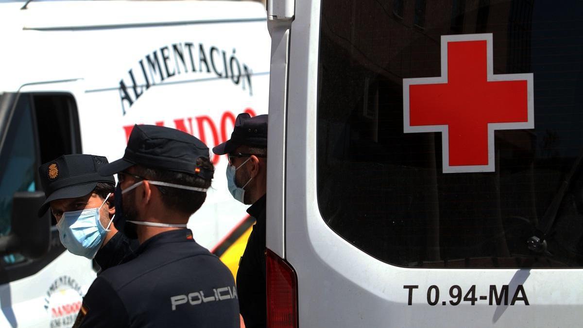 Dispositivo frente al centro de acogida de la Cruz Roja de Málaga donde se produjo el rebrote.