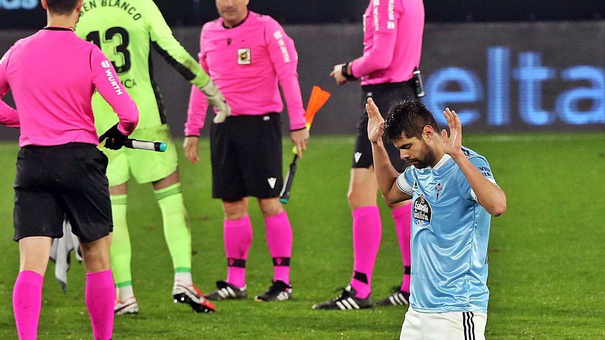 Blanco saluda a los árbitros al final del partido mientras Araújo reza. |  // MARTA G. BREA