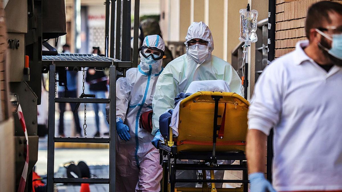 Traslado de un enfermo de covid desde una residencia de ancianos al Hospital Universitario de Torrevieja.  | TONY SEVILLA