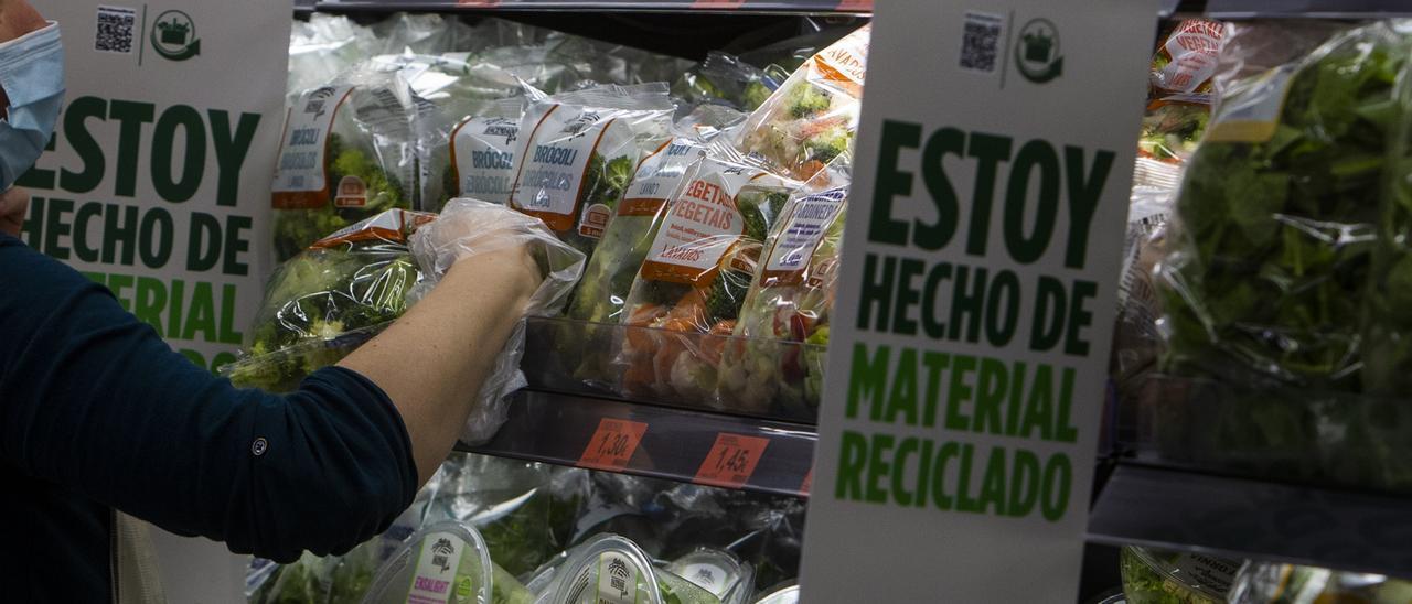 La sección de verduras de un supermercado.