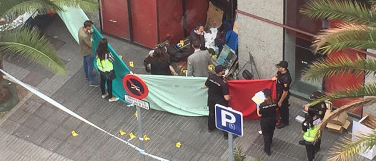 El juez y la policía inspeccionan el número 10 de la calle Franchy Roca, donde fue hallado muerto Carlos Felipe.
